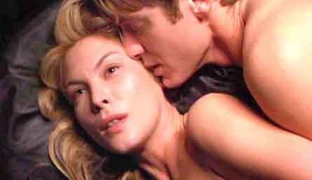 ÇARPIŞMA (CRASH)   David Cronenberg'in imzasını taşıyan film, cinsel içerikli sahneleri yüzünden eleştirilmişti. J.G. Ballard'ın romanından uyarlanan filmin başrollerinde James Spader,Holly Hunter ve Deboran Kara Unger vardı.