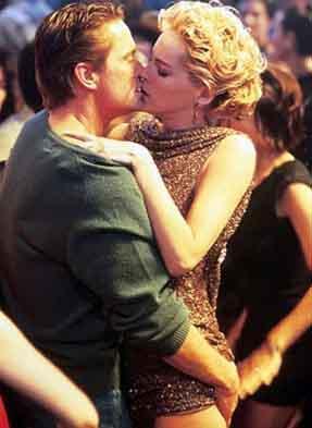 TEMEL İÇGÜDÜ (BASIC INSTINCT)  Sharon Stone'un canlandırdığı karakterin cazibesi, seksapeli hele de o ünlü sorgu sahnesindeki oturuşu uzun süre unutulmadı.