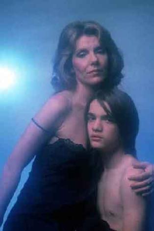 FİLMİN KONUSU: Tam da büyüme çağında olan Joe'nun bu zamanlarda güçlü bir baba figürüne ihtiyacı vardır. Annesi bir opera sanatçısı olan Caterine, Douglas ile evlidir. Ama Douglas, Joe'nun gerçek babasının yerini tutamıyor. Ayrıca Douglas da ruhsal bir bunalımda. Giderek daha da kötüleşen Douglas bir gün Joe'nun gözleri önüne intihar edince Joe'nun durumu daha da kötüleşiyor. Bu olayın sonrasında anneyle oğlu İtalya'ya geri dönüyorlar. Joe orada uyuşturucu kullanmaya başlayınca zavallı annesi oğluna daha da yakınlaşıyor. Ancak bu yakınlaşma giderek bir anne-çocuk ilişkisinden çok iki sevgili ilişkisine doğru kayıyor…