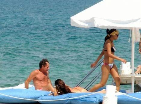 Türkiye´ye konserler vermek için gelen dünyaca ünlü şarkıcı Julio Iglesias, İzmir´in Çeşme İlçesi´nde beraberindeki güzellerle deniz ve güneş keyfi yaptı...