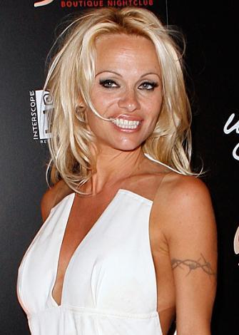 Pamela Anderson, saçlarını kahverengiye boyaması gerektiği için rolü kabul etmedi.