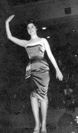 Nebahat Çehre Günümüzde hala aktif olarak oyunculuğu sürdüren Çehre de 'taçlandıktan' sonra şöhret basamaklarını daha hızlı tırmanan ünlülerden. 1944 Samsun doğumlu olan Çehre henüz 15 yaşındayken Türkiye güzeli seçildi. 1962 yılında da ilk filmini çevirdi.