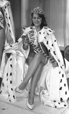 Hülya Avşar 1982 yılında Bulvar gazetesinin düzenlediği güzellik yarışmasında birinci oldu. Ancak daha önce evlenip boşandığı ortaya çıkınca tacı geri alındı.