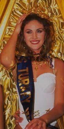 Demet Şener 1995 yılında Türkiye güzeli seçildi..