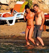 Yaz sonunda nikah masasına oturacak olan Nejat İşler ve Berrak Tüzanataç Bodrum'da halk plajında denizin tadını çıkardı. İkili kimseye aldırmadı.