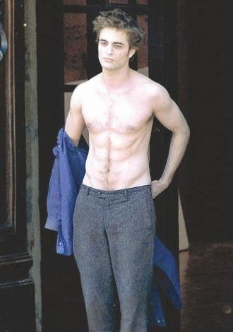 """2009'a damgasını vuran """"Twilight"""" yıldızı Robert Pattinson bu fotoğrafta pek iyi çıkmamış ama ne yapsa bu sıralar olay oluyor!"""