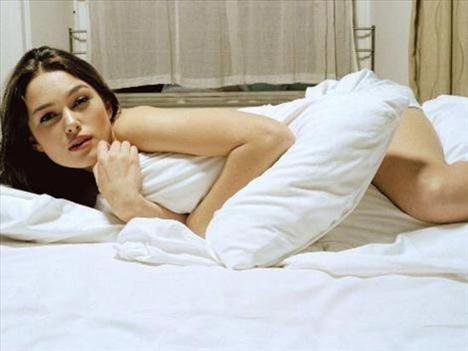 """KEIRA KNIGHTLEY Sienna Miller'ın rol aldığı yeni filmleri 'The Edge of Love'daki sahneleriyle daha şimdiden çok konuşuluyor. Filmde kocasını oynayan Cillian Murphy'yle olan sevişme sahnesi için bakın Knightley ne demiş: """"Çok basit. Çünkü bu bir seks sahnesi ve çıplak olmak gerek. Bu sahneleri çamaşır giyerek çekmeyi düşünmem bile."""""""