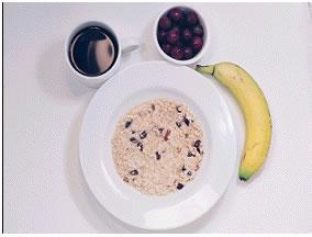 Yulaf ezmesi - 325 kalori  200 gram kuru üzümlü yulaf 1 porsiyon meyve 1 fincan şekersiz/tatlandırıcılı çay 1 adet muz