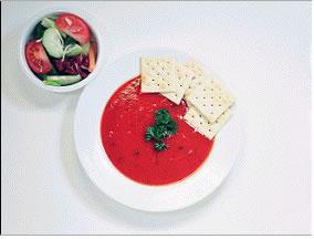 Çorba - 350 kalori  1 kase az yağlı çorba 1 küçük kase salata üzerine sirkeli ve 1 tatlı kaşığı zeytin yağı 4 adet tuzsuz kraker 1 bardak soğuk su