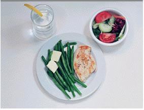 Tavuk - 345 kalori  200 gram ızgara tavuk 2 parça düşük kalorili tereyağ 200 gram yeşil sebze 1 küçük kase salata üzerine sirkeli ve 1 tatlı kaşığı zeytin yağı 1 bardak soğuk su