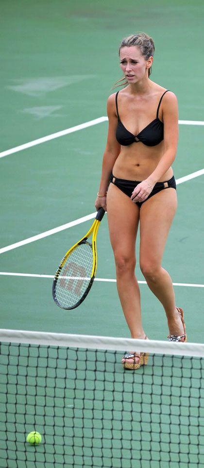 Jennifer, ayaklarına giydiği yüksek topuklu terliklerle tenis ve basketbol oynayıp boy gösterdi.