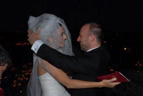 Yeni evliler, işlerinin yoğunluğu nedeniyle balayına çıkmayacaklarını söylediler.