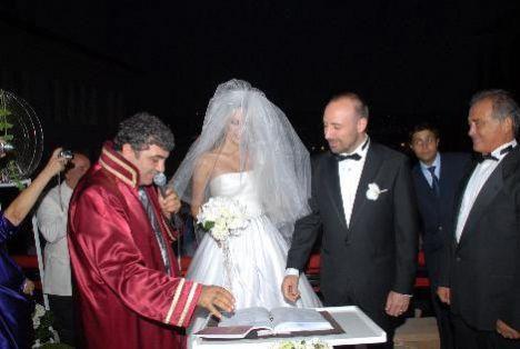 Kuruçeşme Les Ottomans Otel'de kıyılan nikahta, Bergüzar Korel'in şahitliğin aile dostları Ali Erten, Ergenç'in şahitliğini ise yeğeni Aziz Akgün yaptı.