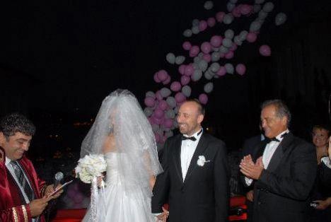 Basın mensuplarının alınmadığı düğüne genç çiftin aile yakınları, dostları, oyuncu arkadaşları başta olmak üzere 350'e yakın davetli katıldı.
