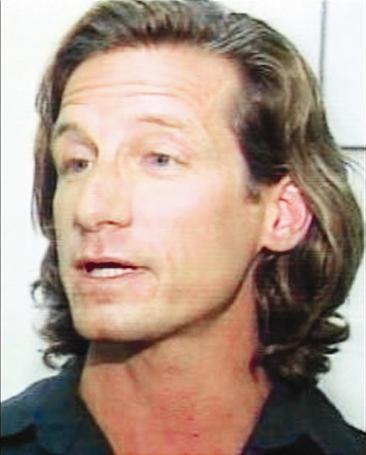 Daha sonra Oscar'lı yıldızı takip etmeye başlayan Hooker, tutuklanarak mahkemeye çıkarıldı ve Kidman'ın 200 metre yakınında bulunması yasaklandı.