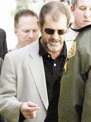 """Mel Gibson Mel Gibson'ın """"İsa'nın Çilesi"""" filmini izledikten sonra Zack Sinclair'in tek isteği vardı: Mel Gibson'la birlikte dua etmek."""
