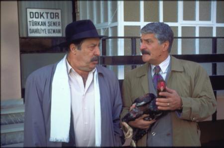 AYKUT ORAY Bizimkiler'in son yaprak dökümü Aykut Oray oldu. 'Katil Yavuz' krakaterini canlandıran usta sinema ve tiyatro oyuncusu Oray, önceki gün Muğla'nın Köyceğiz ilçesinde kalp krizi sonucu vefat etti.