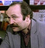 YAMAN OKAY Yaman Okay, Şükrünün karısı Nazan'ın bir baltaya sap olamamış ağabeyi Nazım rolündeydi. Yaman Okay 1993 yılında yaşamını yitirdi.