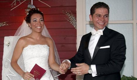 ATILAY ULUIŞIK(ALİ) Televizyon izleyicisinin gözünün önünde büyüyen Uluışık, geçen yıl evlendi. Atılay aynı zamanda Matematik Mühendisi.
