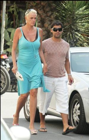 Brigitte Nielsen'in boyu 1. 85 sevgilisi Mattia Dessi ise onun ancak omuzuna erişebiliyor. O da Nielsen topuksuz ayakkabı giyerse.