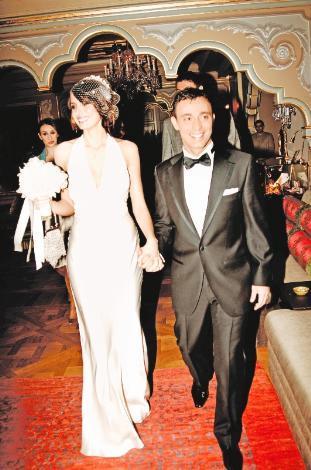 MUSTAFA - EMİNA SANDAL Mustafa Sandal, 13 Ocak 2008'de Boşnak şarkıcı ve model Emina Jahovic'le evlendi. Emina Sandal, güzelliğinin yanı sıra eşinden uzun olan 1.78'lik boyuyla dikkat çekiyor.
