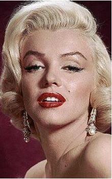 Saç modeli ve makyajı gerçekten benziyor. Ama acaba Johansson gerçekten pek çok kişinin iddia ettiği gibi Marilyn Monroe'un tahtına oturabilecek mi.