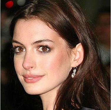 Anne Hathaway iri gözleri, teni ve bakışlarıyla hangi efsaneyi hatırlatıyor.
