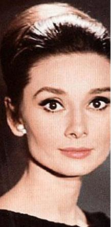 Elbette sinemanın gelmiş geçmiş en zarif kadınlarından Audrey Hepburn'ü.