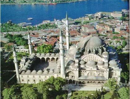 Süleymaniye Camii ve Külliyesi   Süleymaniye Camii ve Külliyesi,1550-1557 yılları arasında Mimar Sinan tarafından inşa edildi. Ramazan ayı boyunca İstanbulluların akın ettiği camii Sultanahmet ve Eminönü arasında bulunuyor.