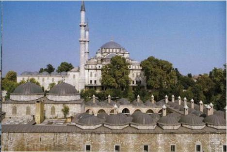 Fatih Camii  Fatih Sultan Mehmet tarafından yaptırılan Fatih Camii, Fatih Külliyesi'nin içinde yer alıyor. Bizans İmparatorlarının gömüldüğüne inanılan tepede inşa edilen cami ve külliyenin yapımına 1462 yılında başlanmış.1470 yılında tamamlanmış. Mimarı, Sinaüddin Yusuf bin Abdullah. Cami 1509 İstanbul depreminde büyük hasar görmüş ve II. Beyazid döneminde onarılmış.1766 yılında yaşanan bir depremden dolayı harabe haline geldiği için Sultan III. Mustafa, 1767 ve 1771 yılları arasında camiyi Mimar Mehmed Tahir Ağa'ya tamir ettirmiş.29 Ocak 1932'deilk Türkçe ezan bu camide okunmuş