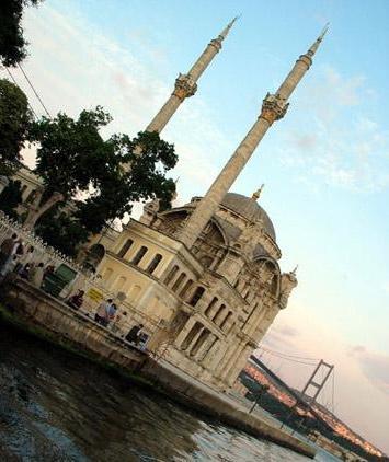 Mihrimah Sultan Camii   Kanuni Sultan Süleyman'ın kızı Mihramah Sultan tarafından 1548'de Üsküdar Meydanı'nda inşa ettirilen caminin mimarı Mimar Sinan. Camiyle medrese arasında Mihrimah Sultan'ın iki oğlunun ve Sadrazam İbrahim Ethem Paşa'nın türbeleri bulunuyor.