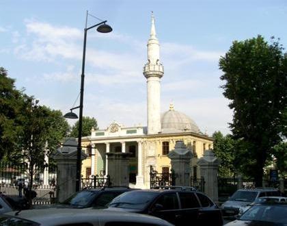 Teşvikiye Camii  Sultan III.Selim tarafından 1794-1795 yılları arasında inşa ettirilen caminin mimari Yuvan Efendi.1854'te ise bu alana Sultan Abdülmecid tarafından yeni bir cami yaptırıldı ve bugünkü halini aldı