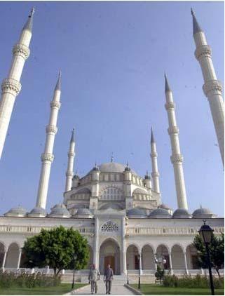 Hacı Ömer Camii  Hacı Ömer isimli bir hayırsever tarafından yaptırılmış.Caminin ilk yapım tarihi bilinmiyor.Sultan I.Mahmud'un annesi Saliha Sultan tarafından tamir ettirmiş.Eserin girişinde yer alan Şair Sadi'ye ait kitabede,1878'de yandığı Sultan II.Abdülhamit döneminde Çengelköy halkının yardımlarıyla tekrar yaptırıldığı yazıyor.