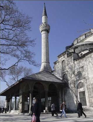 Hamidi Evvel Camii  Beylerbeyi iskelesi'nde deniz kıyısında yer alan cami,1778 tarihinde Sultan I.Abdülhamid tarafından yaptırılmış.Padişahın annesi Rabia Sultan anısına inşa edilen eserin mimarı Mimar Tahir Ağa.1984'teki yangında çöken kubbesi aslına uygun olarak yenilenmiş.
