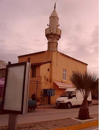 Osmanağa Camii  Kadıköy'deki Osmanağa Camii, 1612'de yapılmış. 1811 yılında Sultan II. Mahmud tarafından yenilenen cami, 1878'de Kadıköy'de meydana gelen yangında tamamen yok olmuş. Aynı yıl tekrar yapılıp şimdiki halini almış