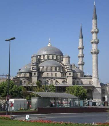 Yeni Camii  Yeni Camii ya da Valide Sultan Camii'nin temeli1597 yılında Sultan III. Murat'ın eşi Safiye Sultan'ın emriyle atılmış. 1663'te ibadete açılan caminin yapımına mimar Davut Ağa tarafından başlanmış, inşaatı Mimar Dalgıç Ahmed Ağa devam ettirmiş ancak Yeni Camii 66 yıl sonra dönemin mimarbaşısı Mustafa Ağa tarafından IV. Mehmet zamanında bitmiş. İstanbul'un simgelerinden biri olan cami, özellikle önündeki her daim bulunan kuşlarıyla meşhur.