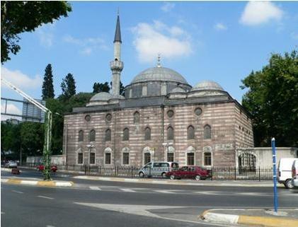 Sinan Paşa Camii  Kaptan-ı Derye Vezir Sinan Paşa'nın yaptırdığı cami Beşiktaş İskelesi karşısında.1548 senesinde Mimar Sinan tarafından hayata geçirilen eserin ikişer kubbesi ve tek minaresi bulunuyor.İkinci ve üçüncü katın camları renkli iç süslemelerde ince bir kalem işçiliği dikkat çekiyor.