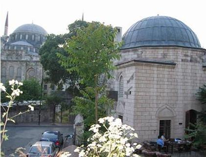 Tavaşi Hasan Paşa Camii  Üsküdar'da Gündoğumu Caddesi'nde bulunan tarihi bir cami.1587 yılında Tavaşi Hasan Paşa tarafından yaptırılmış.Yapı zamanla harap olup kullanılmaz hale gelmiş.Hatice Hatun adında bir hayırsever tarafından 1892 yılında tamir ettirilmiş ve bugunkü şeklini almış.