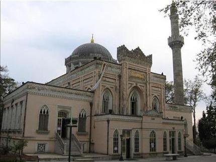Yıldız Hamidiye Camii  Cami, Sultan II.Abdülhamid'in emriyle 1886 yılında yaptırılmış.Mimar Sarkis Balyan'ın yaptığı eser Hamidiye Camii ve Yıldız Camii isimleriyle de anılır.Caminin büyük kapısında yer alan süslemenin altında 'Besmelei Şerife'ile hatla yazılmış bir 'Ayeti Kerime'bulunuyor.Caminin iç kısmına adım atar atmaz sizi sedir ağacından yapılmış dört sütun karşılıyor.