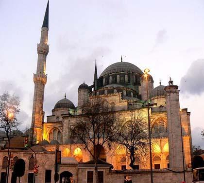 Şehzadebaşı Camii  Kanuni Sultan Süleyman'ın genç yaşta ölen oğlunun anısına yaptırdığı Şehzadebaşı Camii, Mimar Sinan'ın çıraklık dönemi eseri. Çinilerle süslü caminin avlusunda Şehzade Mehmet'in türbesi de bulunuyor.