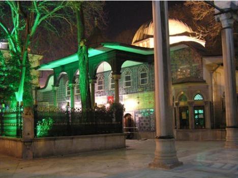 Eyüp Sultan Türbesi  İstanbul'un en sık ziyaret edilen türbesi Eyüp Sultan,bu kutsal ayda yine dolup taşacak. Hz.Muhammed'in ordusunda sancaktar olan Hz.Eyyub El-Ensari'nin mezarı olan türbe,1459 yılında Eyüp Sultan Camii'yle birlikte yapılmış.Dışı çinilerle bezeli türbe,sekizgen planlı ve bir kubbeli.İç kısımdaki ahşap sandukanın üzeri simle işlenmiş yazılarla süslü. Eyüp Sultan Türbesi sabah saatleri iftar sonrası saatlere nazaran daha az kalabalık oluyor