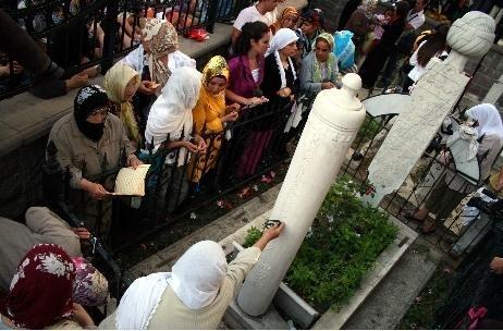 Oruç Baba Türbesi  Ramazan'ın ilk günü Türkiye'nin dört yanında gelip insanların ziyaret ettiği Oruş Baba Türbesi, Şehremini'de.Çok yoksul olduğu için orucunu sirke ve ekmekle açmak zorunda kalan bir zatın burada yattığına inanılıyor.Bazı kaynaklarda bu kabir bir Halveti Şeyhi olan Mustafa Zekai Efendi'nin mezarı olarak geçmekte.