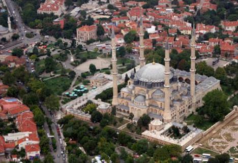 Büyük Selimiye Camii Üsküdar'ın Selimiye semtinde Selimiye Kışlası'nın hemen yanında yer alan Büyük Selimiye Camii,1801-1805 tarihleri arasında Sultan III.Selim tarafından yaptırılmış.Mimarı belli deği.Görkemli bir yapı olan caminin bünyesinde hünkar kasrı,sıbyan mektebi,muvakkidhane,çeşme ve sebil bulunmakta.