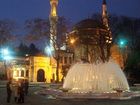 Eyüp Sultan Camii  Eyüp Sultan Camii, Ramazan ayının en çok ziyaret edilen yerlerinin başında geliyor. Kutsal yönünün yanı sıra İstanbul'un en önemli eserlerinden biri olan bu camiyi 1459 yılında Fatih Sultan Mehmet yaptırmış.1766 yılındaki İstanbul depreminde büyük zarar gören cami 1800'de Sultan III. Selim tarafından yeniden inşa ettirilmiş.