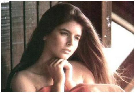 Hollwood'un Kızılderili oyuncusu Dehl Berti ile Türkiye eski güzellerinden Zerrin Arbaş'ın kızı olan derya Arbaş, 1968'de California'da dünyaya geldi.