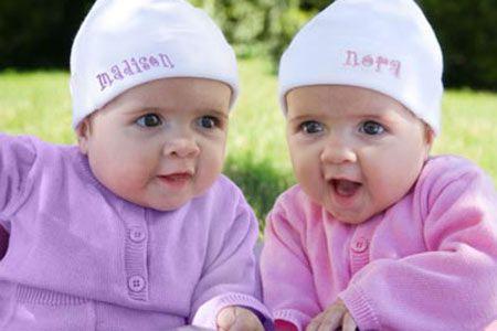 """Neden tek yumurta ikizlerinin parmak izleri birbirini tutmuyor?   Tek yumurta ikizleri aynı DNA'ya sahip olsalar da hücre-hücre aynı değildir, dış görünüşünüzü genleriniz belirlemez. Parmak izleri ise vücutta maruz kalınan hormonlara bağlıdır. İki hücrenin hormon seviyesi farklı olduğu için, parmak izleri de aynı olmaz.   <a href=  http://foto.mahmure.com/yasam/bu-bilgileri-duyunca-cok-sasiracaksiniz_40292 style=""""color:red; font:bold 11pt arial; text-decoration:none;""""  target=""""_blank""""> Bu Bilgileri Duyunca Çok Şaşıracaksınız!"""