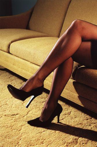 Şimdi şov zamanı!  Uzun ince çorap giyin. Bir sandalyenin üzerine oturup her seferinde bir bacağınızı kaldırarak ve çorabınızı bacağınızdan yavaş yavaş sıyırarak, çok seksi bir görüntü sergileyebilirsiniz. Erkeğiniz bu durumda, aman tanrım diye kükreyecektir.