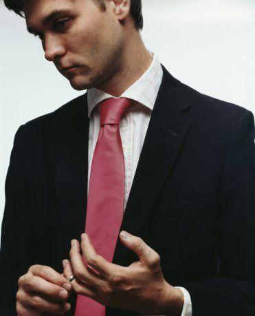 İLETİŞİM KURMANIN YOLLARI     ARTI: Duygularını açabilir.  İkinci el erkek diye tanımladığımız bu erkek tipi, iletişim kurmayı, bağlanmak istemeyen erkeğe kıyasla daha iyi becerir. Ülkemizde çok fazla rastlamasak da, dünyanın diğer yerlerinde boşandıktan sonra terapiye giden çok erkek var. Bu şekilde oluşturdukları özgüvenle, gelecekteki ilişkilerinin zorlu ve engebeli yollarıyla daha kolay baş edebiliyorlar.  EKSİ: Eski karısından o kadar nefret ediyordur ki, bu sizi sevmesine engel oluyordur.  Nefret dolu bir erkeği kilometrelerce öteden tanıyabilirsiniz. Nefret de aşk kadar güçlü bir duygu olduğundan, böyle bir durumda ortada ters giden bir şeyler var demektir. Çünkü erkek arkadaşınız tüm enerjisini eski karısına olan nefretiyle harcıyorsa, büyük ihtimalle hâlâ onu seviyordur. Ayrıca boşanmış çiftlerin arasında medeni bir ilişki olması gerektiğini de hatırlatalım. Özellikle arada bir çocuk varsa, bu durum daha da önem kazanır.