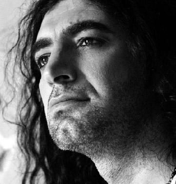MURAT KEKİLLİ  Yörük olan Murat Kekilli, yazlarını Toroslar'daki yaylalarda geçirdi; 6 yıl boyunca Adana'da hamallık yaparak geçimini sağladı. Taa ki, 'Bu Akşam Ölürüm'le müzik piyasasına girene kadar.