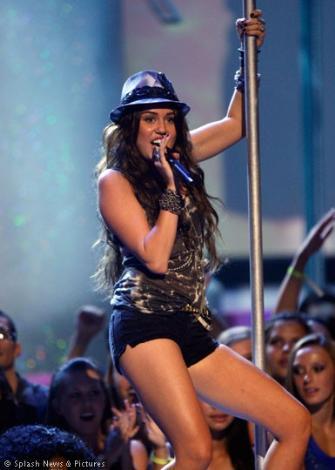 16 yaşındaki Miley Cyrus çoktan yıldızlar arasında yerini aldı bile. O da geleceğin Christina Aguilera'sı.